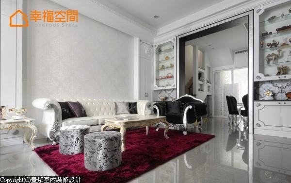 一张大红色地毯渲染开来,壁柜顶天处理,上方作玻璃柜展示,摆饰屋主于世界各地带回来的纪念品,中间以壁纸区隔下方储物柜,比例让整体线条看起来优雅。