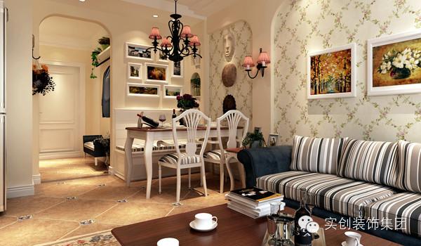 在硬装造型上面采用了弧线吊顶及墙面造型来体现田园的风格与浪漫,墙面采用了局部的壁纸来调节室内的空间感,在这个有限的空间里,用顶面与墙面巧妙的结合来区分客厅与餐厅的区域功能,使整个空间赋予灵动性。