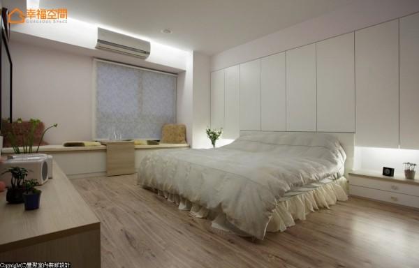 运用梁下产生的空间做足床头柜,延展至两端的平整设计,令人忽略大面积柜子的压迫度,甚至连窗边也以休闲卧榻的形式,将收纳空间藏于下方。
