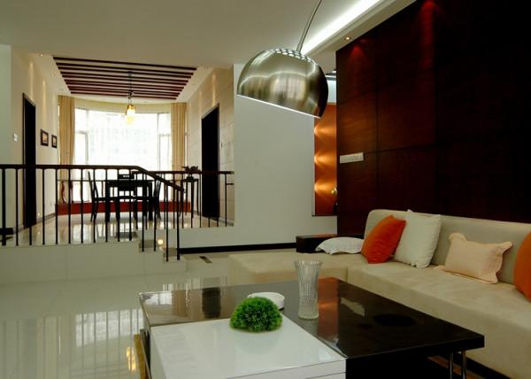 在配饰上业主与设计师的配合较好,从湘绣到沙发、到门饰、到摆件、都能见到中国风韵。从材料、灯具、电器挂画等,也能体味到现代时间和蔼的气息
