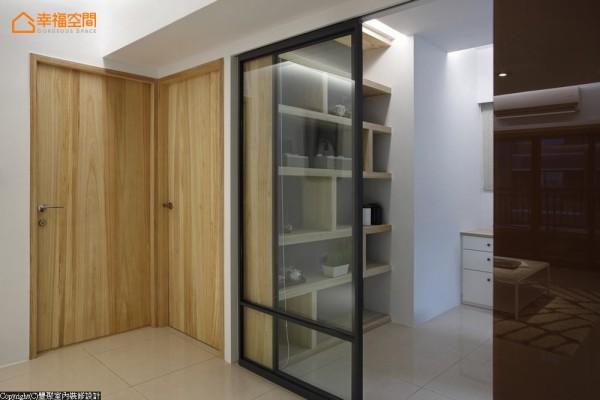 与公共空间连结的元素:梧桐木,仿佛是由门外转折入书房,成为不对称的展示收纳柜,