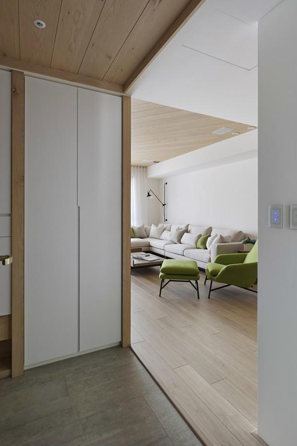 玄关则是使用灰色系地砖搭配白色柜体及木纹色,巧妙隐藏起变电箱等杂物,能使画面整洁,营造出一种干净清爽的质感。