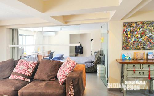 地下室面积很大,于是设计师从客厅处抢出了一个卧室,作为客房和日间临时休息处。全玻璃隔断,让客厅得以借用窗户的采光,也减少了客厅的局促感。大大的窗帘解决私密性难题。