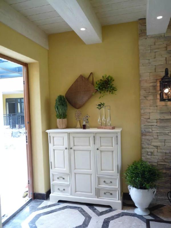玄关处的装潢相对比较简单一点,多抽屉设计的白色边柜,大方又实用。淡黄色墙面搭配绿植和编织袋,让人一进门就有小清新的感觉。