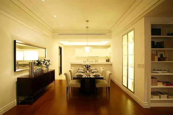 原色的实木地板和乳白色的墙面,与乳白色的椅子和深色的餐桌相呼应,流畅的直线条体现出简单直接的大气风范。垂直的灯罩为该功能区域提供了良好的照明。