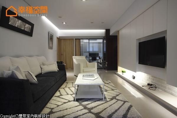 由客厅进入每个场域皆以零动线概念打造,毫不浪费一点一滴的地坪,让公共空间与书房、卧室直接连结。