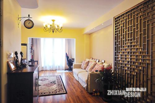 与餐厅相对,是会客厅。木花格为常见的中式元素,临墙而设,与镶嵌铜片的柜子对应,成为空间的分界。陈年的老地板散发着古朴的气韵,配合舒适的布艺沙发和欧美风地毯,映衬着田园风吊灯