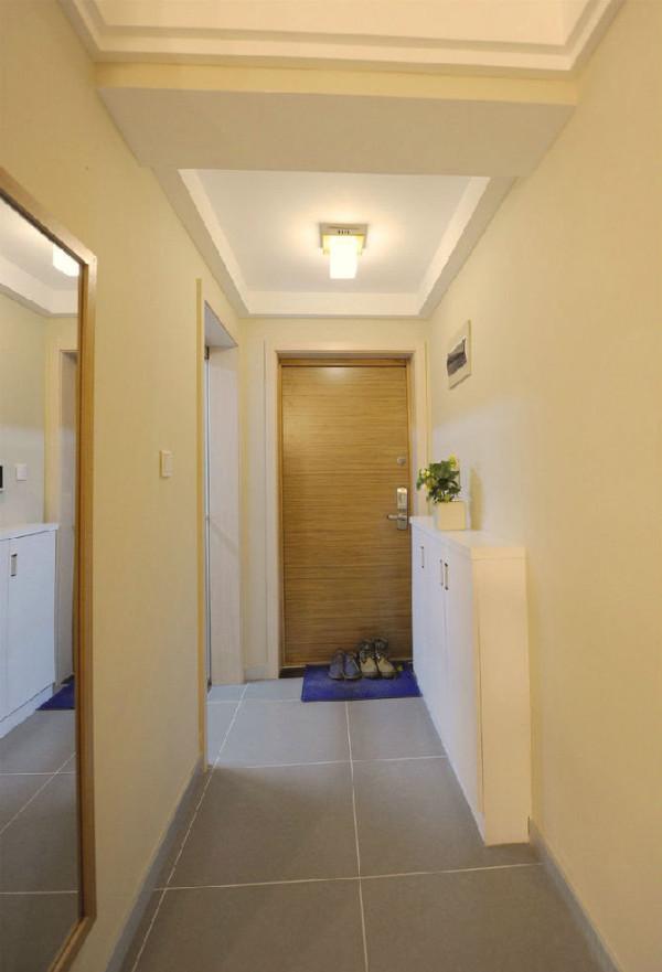 玄关处,过道比较窄,所以鞋柜采用内嵌式,只占用过道一点空间~~