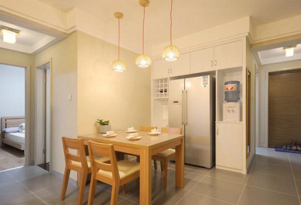 餐厅灯具小编大爱哦,三个成排,低低地垂下来,小巧别致。搭配日式的餐桌,原木的色彩光亮温馨。
