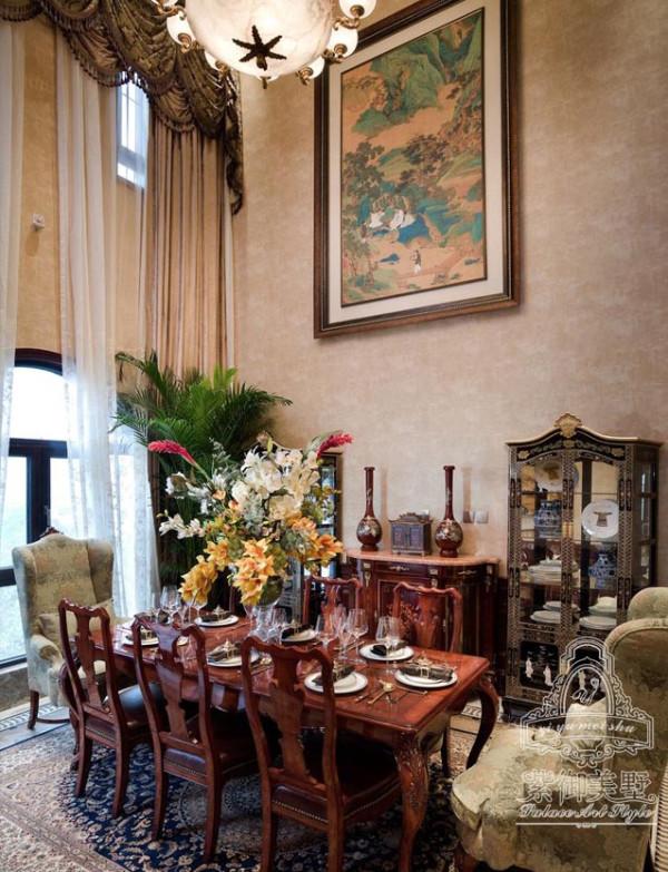 在极具仪式感的七米挑高的餐厅中,马蹄形的拱窗上整面墙挂的窗帘,增强了空间大挑高的视觉效果。