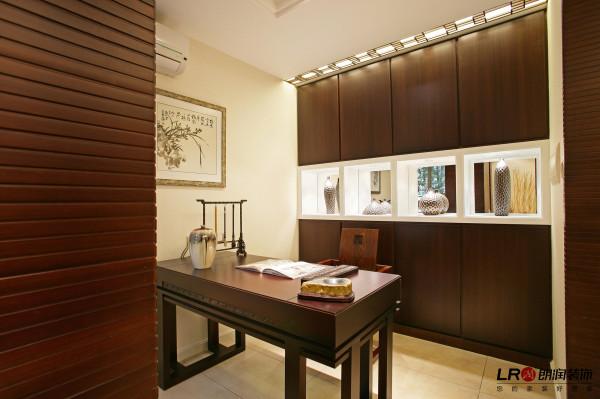 书房一张简单的书桌,同色书柜,还有桌上的毛笔,每一个细节都彰显风雅,大气。
