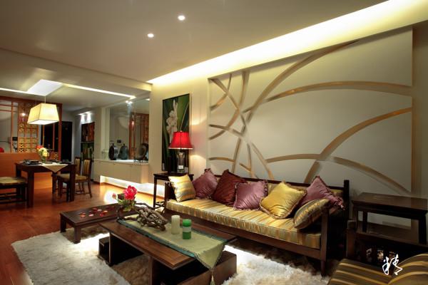 进门的茶室亲切自然地方虽小,但采用中国传统的屏风隔断方式,再引用一些东南亚的花纹处理,使隔断显的细致而别有风韵,半隐半透之间让长长的客厅增加些许的神秘,让空间变的不在直白。