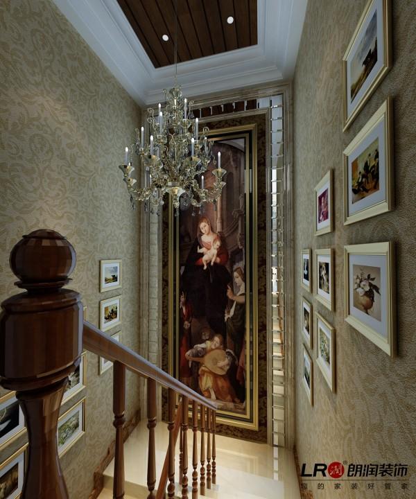 楼梯间的细节处理,墙面墙纸点缀,细节处理完美。