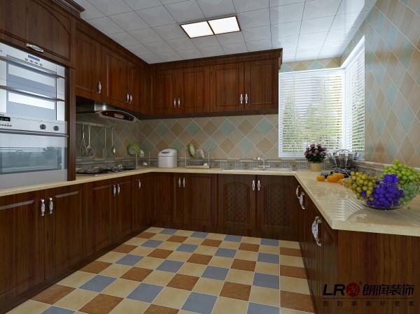 厨房用色彩浓郁的小方格墙地砖来强调美式风格的格调,搭配深色实木橱柜,美美的厨房就是这样的啦。