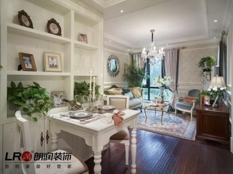 餐厅以白色调为主,白色的餐边酒柜,白色的温馨小餐桌,一家三口的情调晚餐。