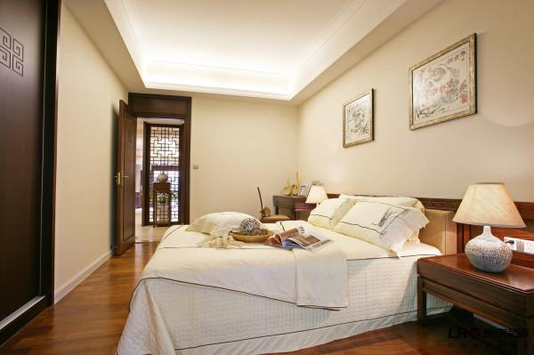 卧室相比客厅的浓重中国风,显得简单而安静,做美梦的好地方。