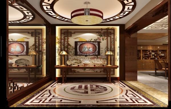 中国传统室内陈设包括字画、匾幅、挂屏、盆景、瓷器、古玩、屏风、博古架等,追求一种修身养性的生活境界。中国传统室内装饰艺术的特点是总体布局对称均衡,端正稳健