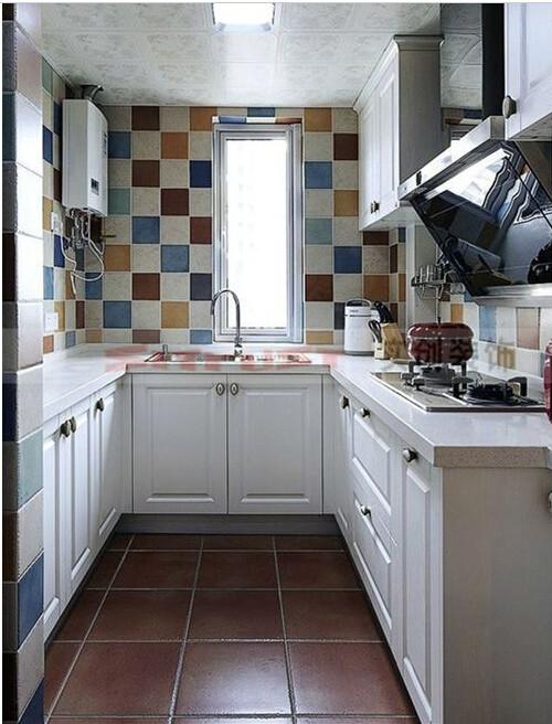 厨房 厨房因为是女人的天地,所以完全按照女方的色彩来选择,所以厨房同样采用的是地中海风格的仿古小花砖来铺贴,呼应了客厅餐厅的背景,同时又让厨房变的温馨,明亮。