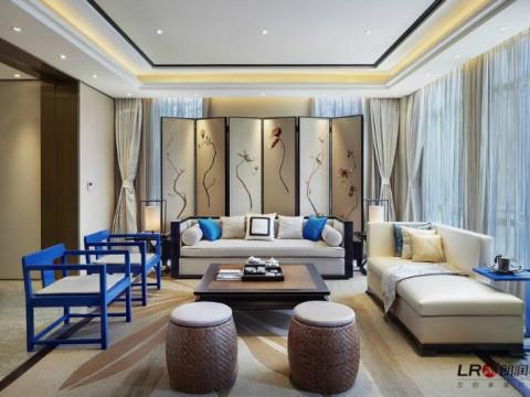 客厅空间宽阔,沙发背后的屏风,座椅皆融入中式风格,客厅设计十分典雅。