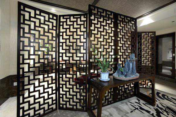 中式门窗一般是用棂子做成方格图案,讲究一点的还可雕出灯笼芯等嵌花图案。