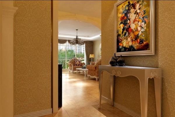 精致的壁画,特别的边角桌为整个空间增添了许多欧式色彩