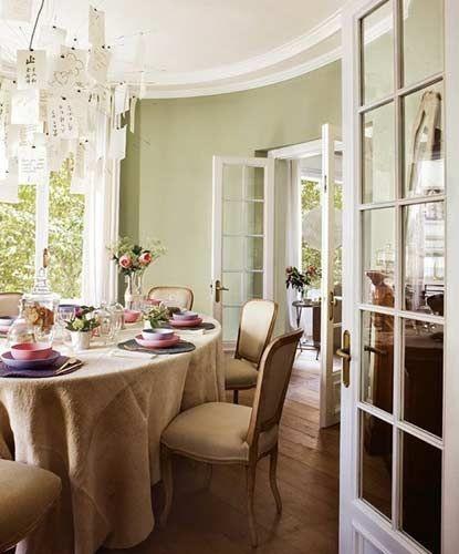 客厅中整齐摆放餐具和桌椅。