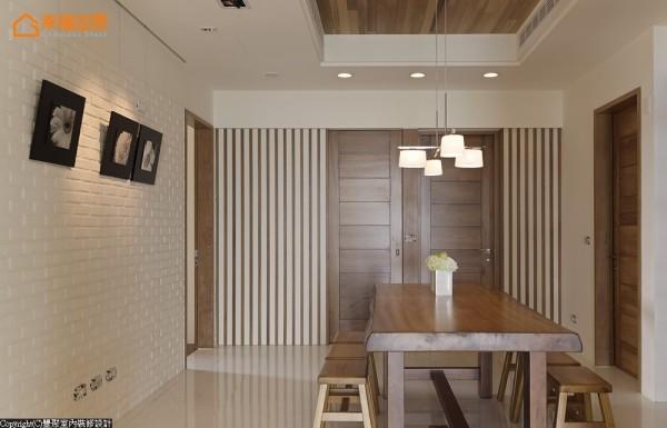 餐厅环绕柚木原木门扇,以及杉木天花板释放的轻松感,用餐时刻萦绕自然芬芳。