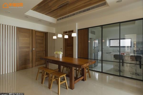 厨房以玻璃拉门的界定,将烹饪时的油烟问题化解,同时借着通透的玻璃,加乘餐厅的空间感。