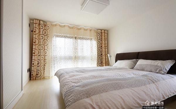 主卧淡雅的颜色为主,没有一样多余的东西,一整面墙的抽象笔画米色窗帘。连地板也是淡淡的木质色漆。