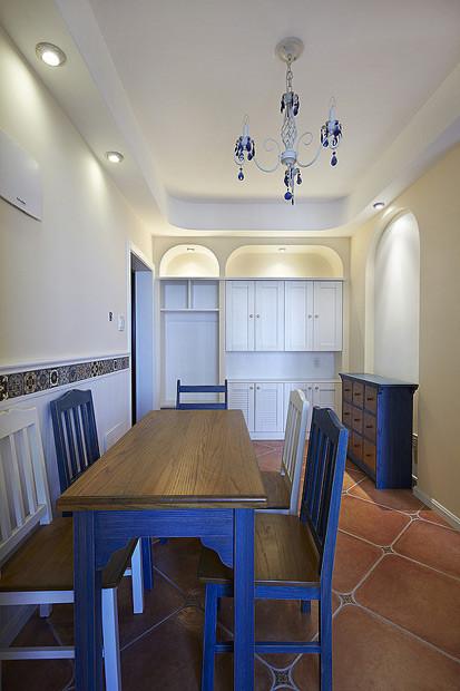 餐厅的餐桌椅都是刷的蓝白色,靠墙的地方做了一排白色的壁柜,增加了收纳空间,各种小东小西也都有安置的地方了。