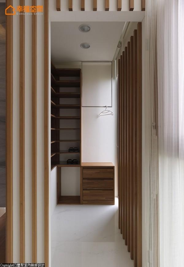 实木条墙面隐藏通向衣帽间的入口,内部延续原木材质打造鞋柜、收纳柜。