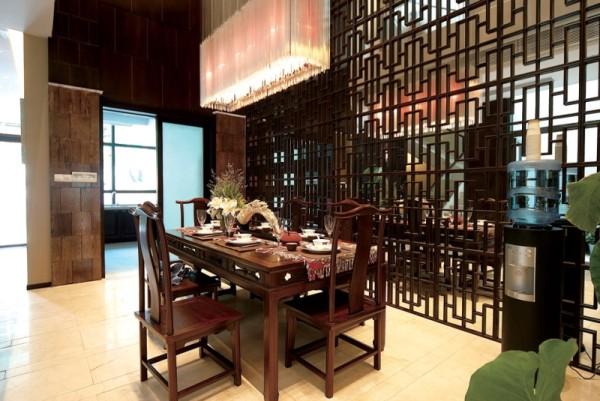 """本案例分出纯粹的会客厅,与起居室(家庭成员的主要公共活动空间)功能分开。合理演绎建筑的使用功能,创建一个""""好用""""的合理空间,比华丽的装饰重要。"""