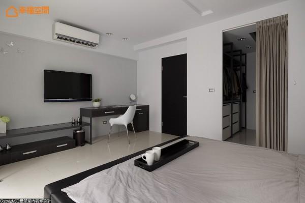 主卧电视墙以灰色壁面为基底,同时结合梳妆台与机柜设置,让空间整齐不杂乱。