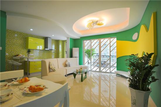 整个设计风格具有明显的年轻化特征,动感平面与华丽材质并置而行,多种艳丽颜色穿插相互融合,营造出创新且华美的整体布置,在白色和薰衣草色的配村下,果绿青和柠檬黄成为突出的主要色彩。