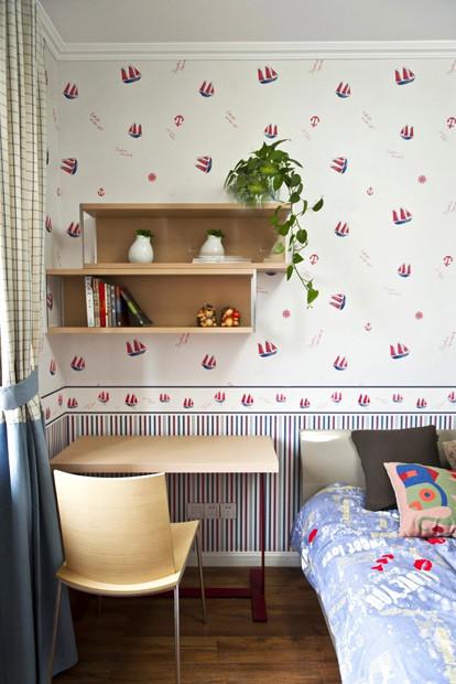 儿童房的墙纸很有特色,是海盗船的图案,床品选了蓝色的,整体的空间带着点地中海风格;