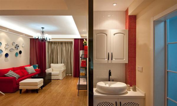 卫浴的洗手池设置在外面,干湿分区,有利于让家人养成勤洗手的好习惯,卫浴门是玻璃格子梭门,又是田园风格的一大显著特点。