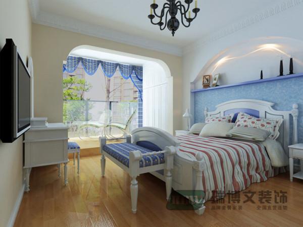 地板的黄,墙面的米黄,还有床头墙壁纸的蓝色以及软装饰品窗帘的及凳榻的蓝色,都是吸收了地中海的风格,给人清新怡人的感觉。男孩房再配以功能性的学习桌和娱乐性的壁挂电视,使得整个空间完整自然。
