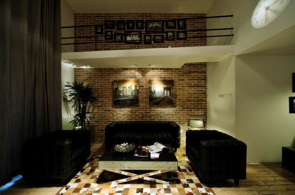 皮质黑色格子沙发,花斑马赛克地砖样式地毯,好像随时都要开启一场摇滚show,茶几上金属格子果盘,浪漫的蜡烛,又带人走入一场诱惑的晚宴。