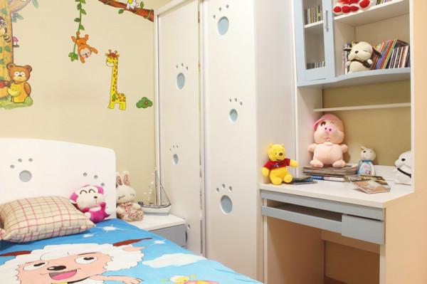 儿童房的手绘是可爱的小动物,衣柜上也是动物小爪印,可爱至极,书桌上摆满了小玩偶,幸福的宝宝。