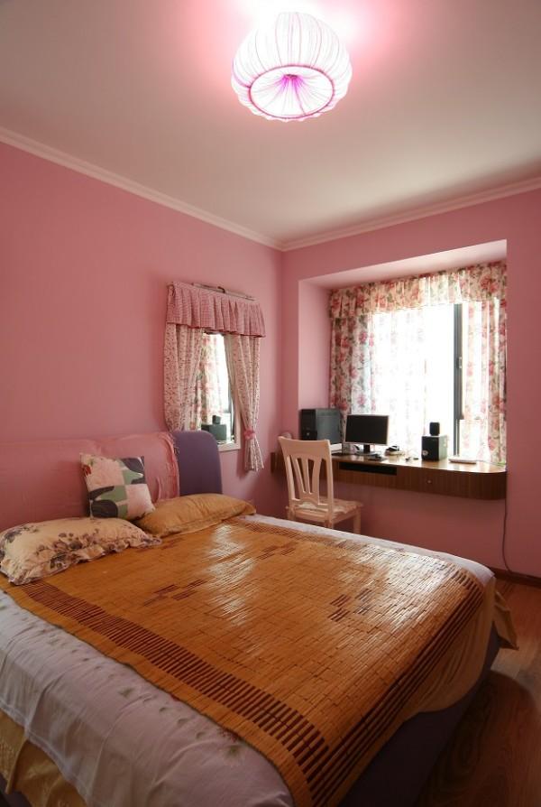 这是一间女儿房,每一位小公主都多粉色情有独钟,这是一片属于孩子的小天地,自然会根据小公主的喜好来设计。粉色的墙、粉色的床、粉色的灯、以及碎花的窗帘,无一不充满童话的梦幻。