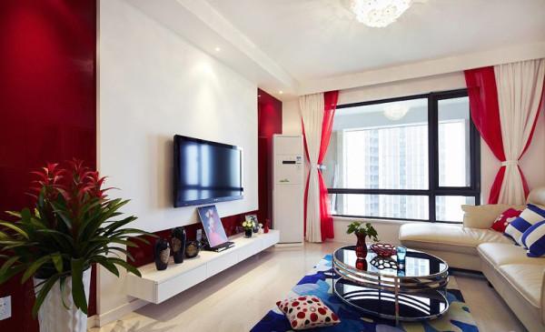 红与白搭配的电视背景成为主旋律;红白相间的玻璃砖在灯光的映衬下光忙四射。精心挑选的窗帘,典雅万分。