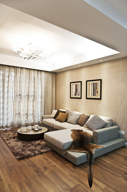 客厅的墙壁装了装饰画,整体的墙面更有可看性。客厅的吸顶灯比较独特,小个小方块组成的,开灯效果很赞