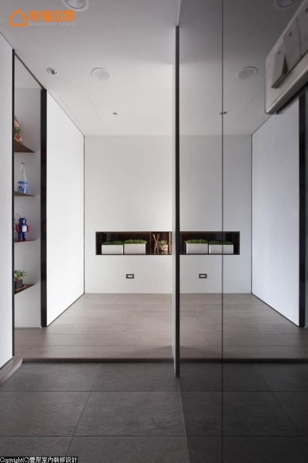 为将业主所爱的素材融入,李羽芝刻意将玄关地坪敲除,与超耐磨木地板产生自然的高低落差感。