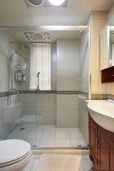 卫浴是玻璃淋浴房,空间比较大。