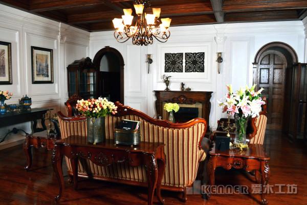 客厅白色的实木护墙板搭配上深色的实木吊顶和壁炉。