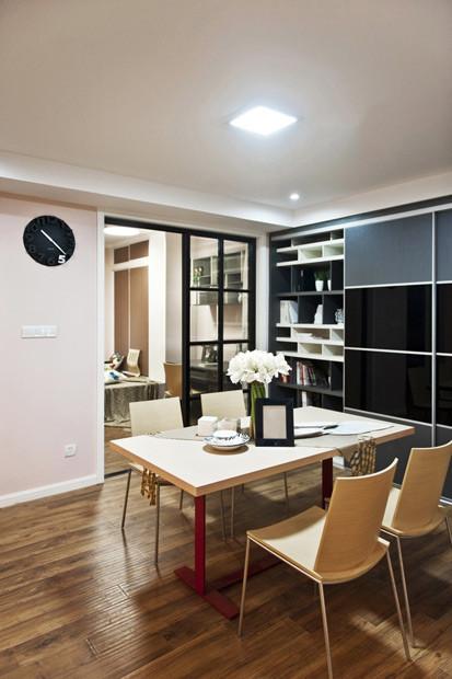 餐厅,挂钟选了黑色的,餐厅旁边这里装了柜子,可做收纳