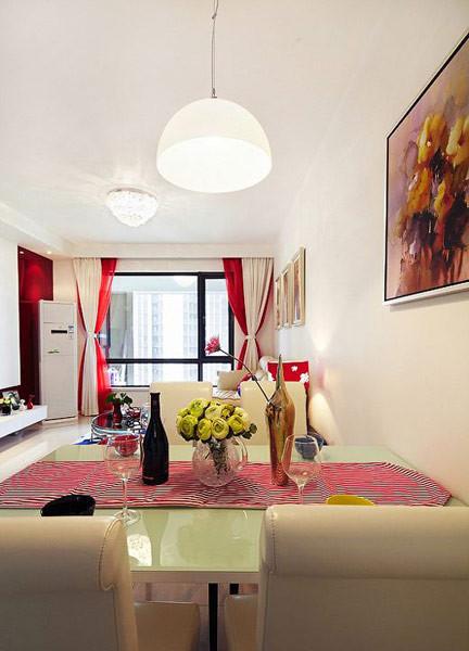 白色餐桌椅,玻璃台面,红色条纹桌布,淡黄色的小玫瑰,圆圆的可爱的就餐氛围,温暖人心。