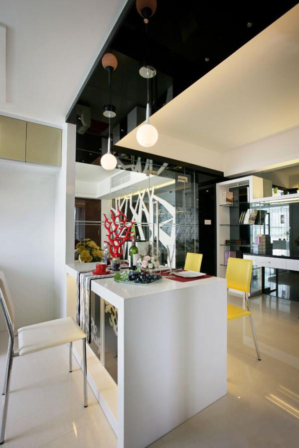 厨房与餐厅是一体的,浅黄色的吊柜 ,黑色台面,整洁。