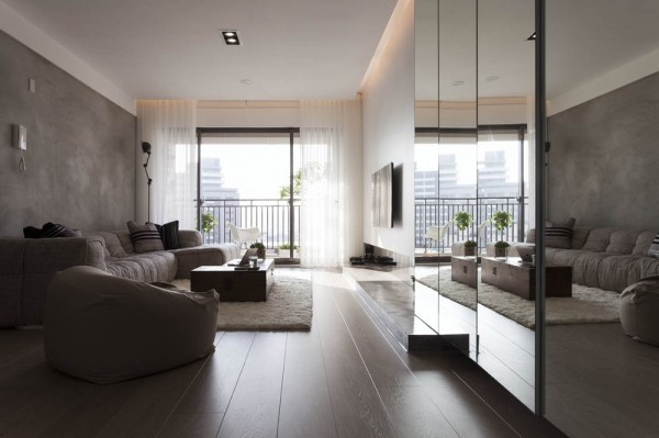 清水模铺排的沙发背墙,未上漆手法低调呈现龟裂、抹痕纹里,协调融入屋主先前购置的沙发家俬。