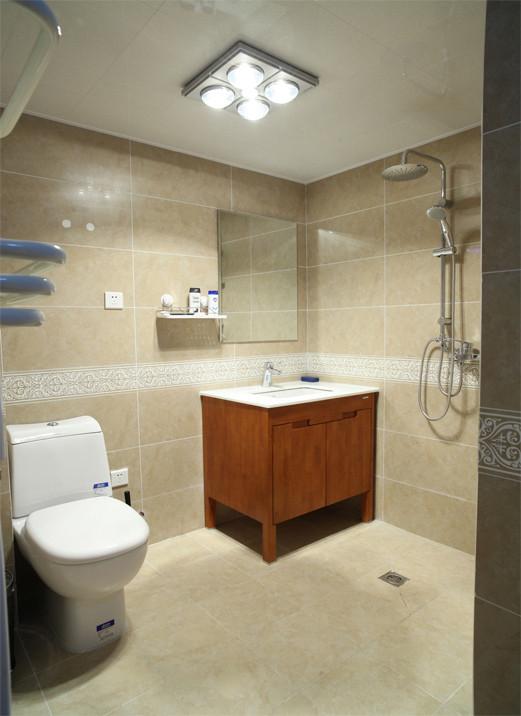 扩大空间,使其干湿分区区分开来,更方便老人使用。米色的瓷砖,复古纹样的花线,让整个空间更具温馨。